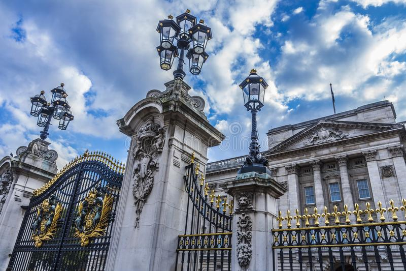 白金汉宫门  伦敦,英国 免版税库存照片