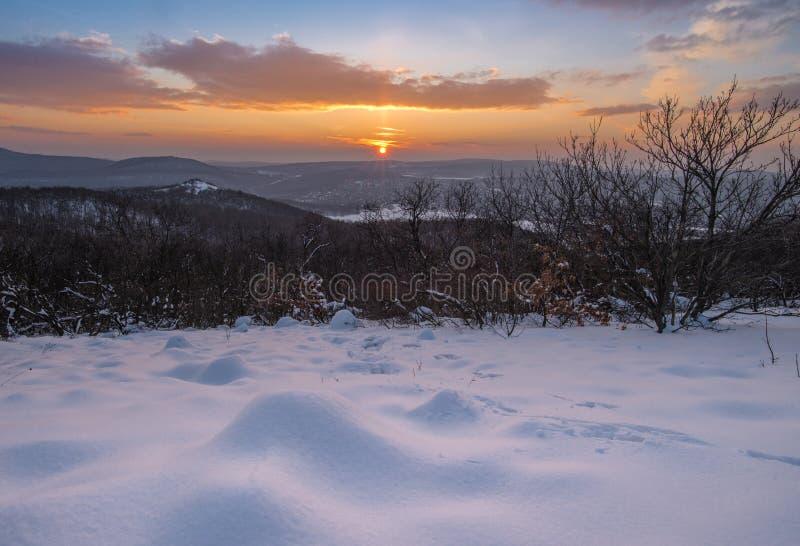 白雪盖的小山 免版税库存照片