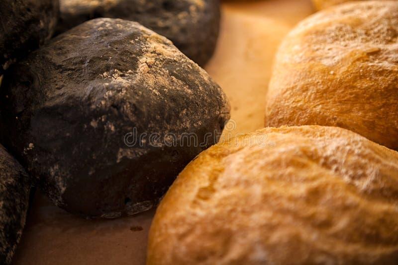 白面包和黑ciabatta 库存照片