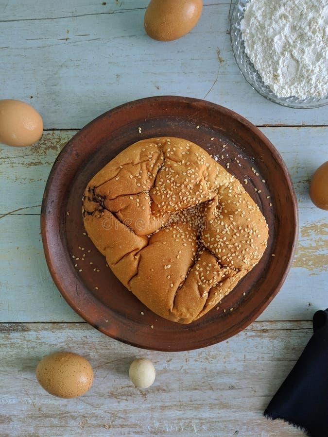 白面包用在木板的芝麻 库存图片