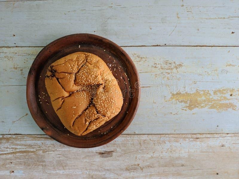 白面包用在木板的芝麻 免版税库存照片