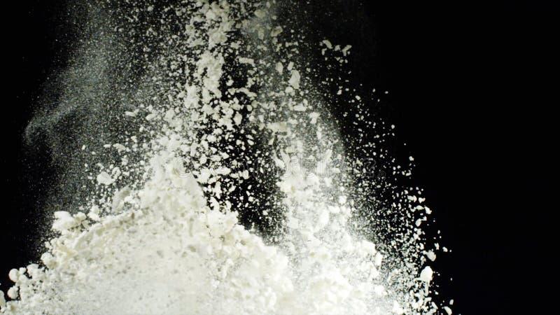 白面爆炸在黑背景的 E 白色粉末厚实的云彩爆炸与粉碎的 免版税图库摄影