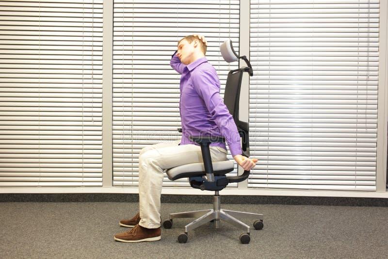白领工人男性松弛脖子-示范 免版税库存图片