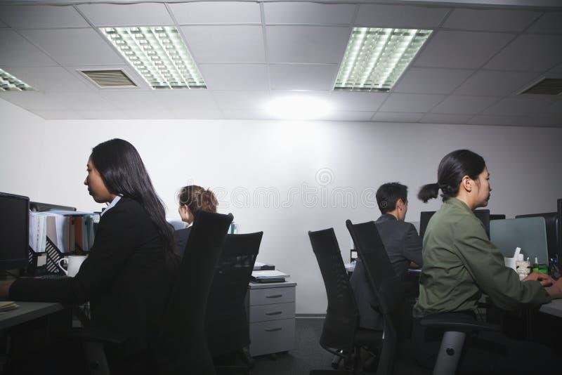 白领工人繁忙工作在办公室 免版税库存图片