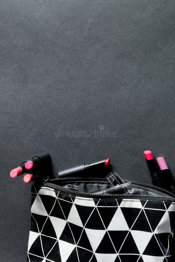 黑白组成与套的袋子唇膏 五颜六色的时尚 专业构成秀丽 顶视图 复制空间 库存图片