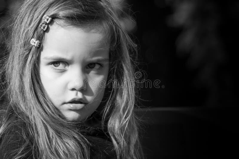 黑白画象被采取在有长的头发的一个美丽的小女孩外面 免版税库存图片
