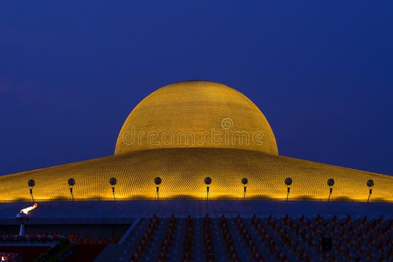 百万个金黄菩萨小雕象在Wat Phra Dhammakaya 佛教寺庙在曼谷,泰国在晚上 免版税图库摄影