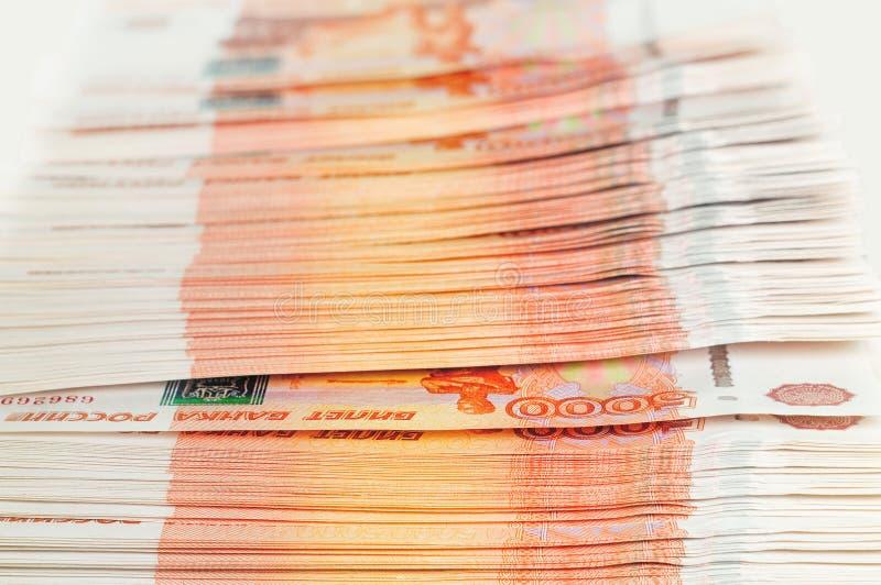 百万俄罗斯卢布 财富、赢利、事务和财务的概念 堆金钱在五张第一千个张票据钞票 免版税库存图片