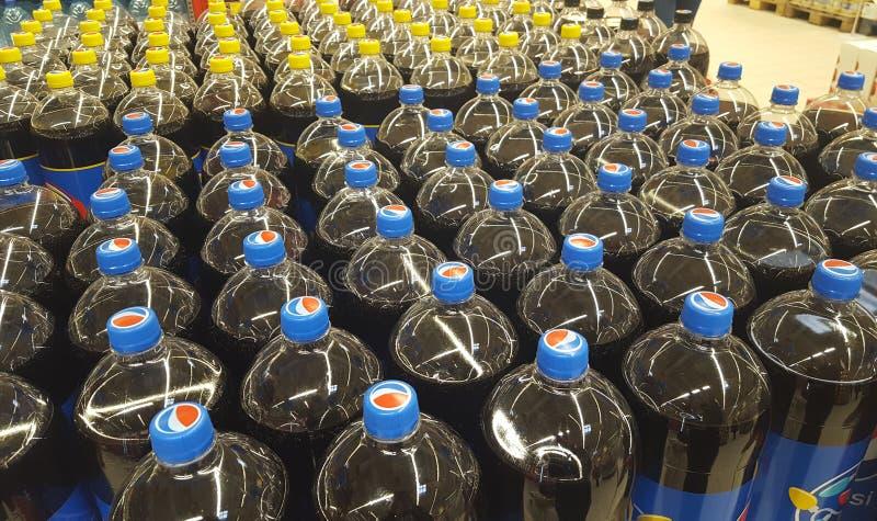 百事可乐苏打瓶在道路交叉点超级市场商店, Piatra Neamt市喝 免版税库存图片