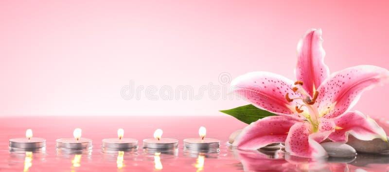 百合和灼烧的蜡烛 图库摄影