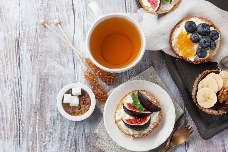 百吉卷品种用不同的顶部的早餐 免版税库存图片
