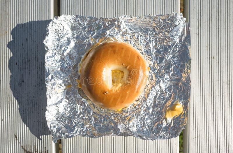 百吉卷在锡箔的早餐三明治 免版税图库摄影