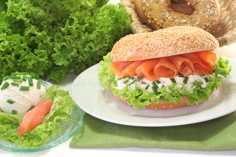 Download 百吉卷干酪奶油三文鱼 库存照片. 图片 包括有 三明治, 熏制, 制动手, 快餐, 新月形面包, 三文鱼 - 15681098