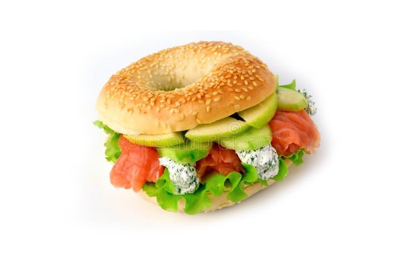 百吉卷用沙拉、三文鱼,乳脂干酪和绿色苹果 免版税库存照片