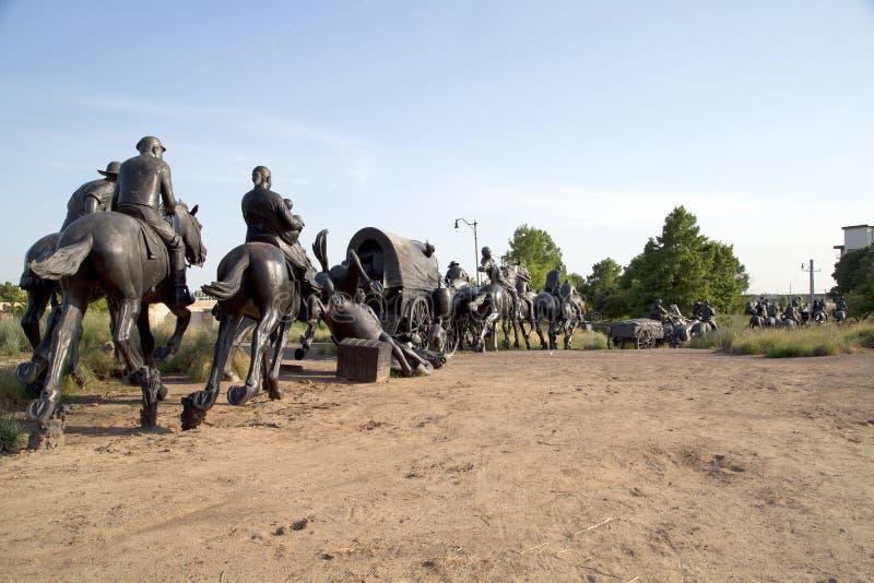 百年土地跑纪念碑在俄克拉何马视图的小组雕塑 免版税图库摄影