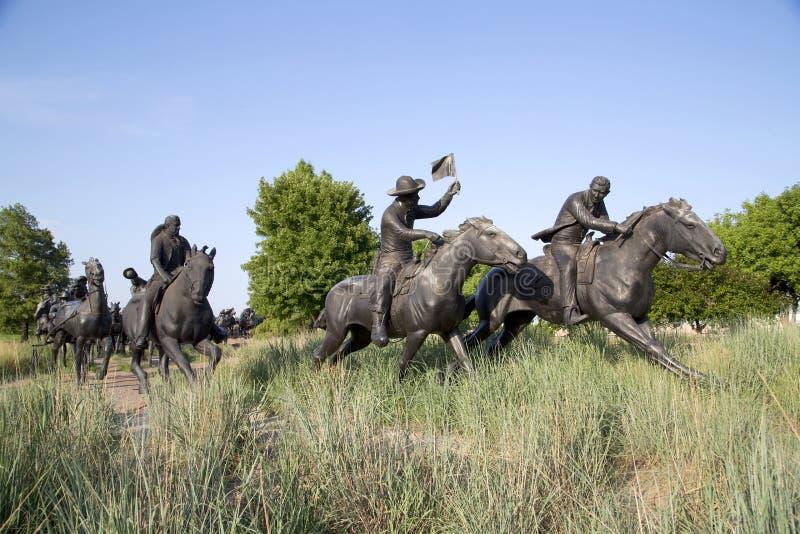 百年土地跑纪念碑在俄克拉何马视图的小组雕塑 库存图片