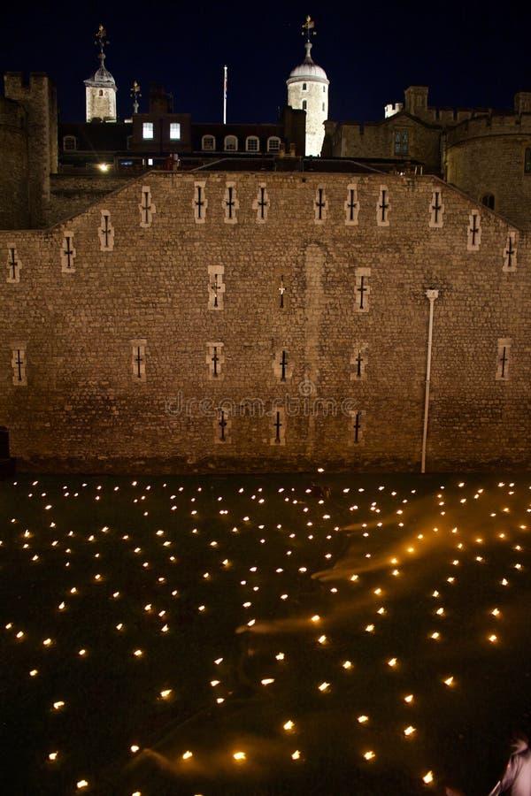 百年纪念品的夜视图在表示第一次世界大战的结束的伦敦塔的 图库摄影