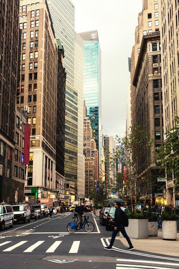 百老汇街道在曼哈顿` s中间地区在傍晚,纽约,美国之前 被定调子的图象 图库摄影