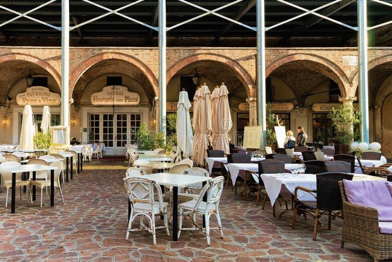 百草广场广场的街道餐馆在曼图亚 免版税库存图片