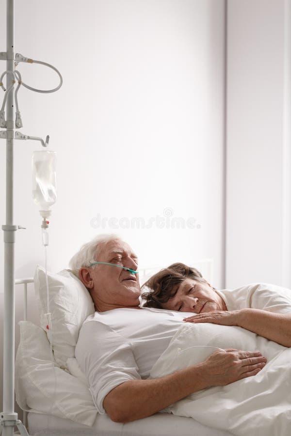 死的丈夫在医院病床上 库存图片