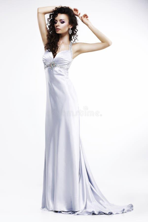 轻的丝绸无袖的礼服的华美的夫人有白金首饰的。淫荡 免版税库存图片