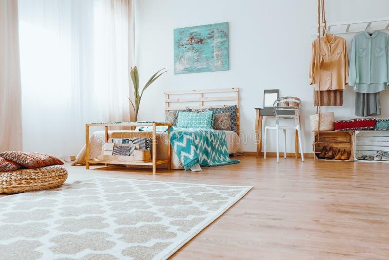 整洁的五颜六色的卧室 免版税图库摄影