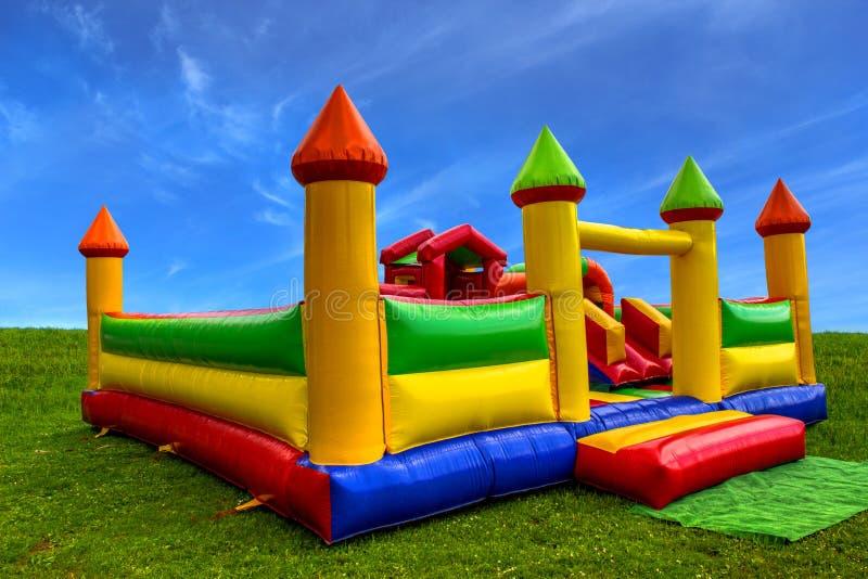 的五颜六色的可膨胀的城堡孩子 库存照片