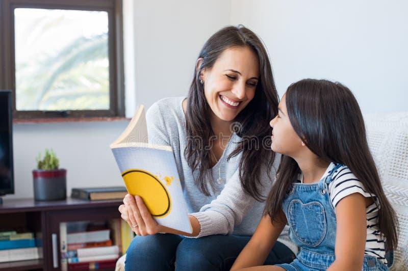 读的儿童母亲 免版税库存照片