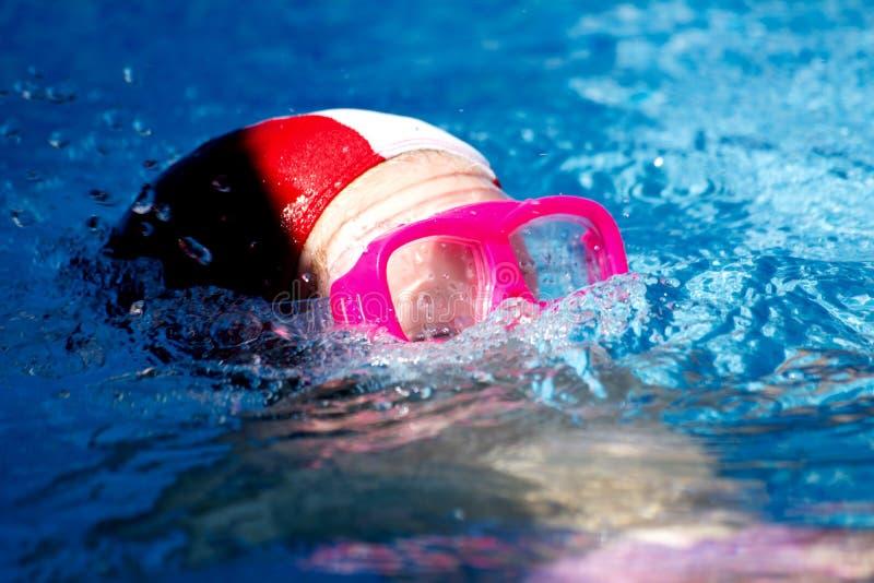的关闭水平的看法潜水入Po小女孩 免版税库存图片