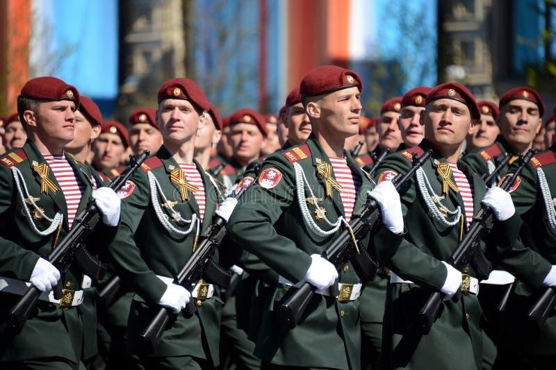 他的分裂的战士 国民自卫队的Dzerzhinsky队伍在一般游行排练的在以纪念V的红场 免版税图库摄影