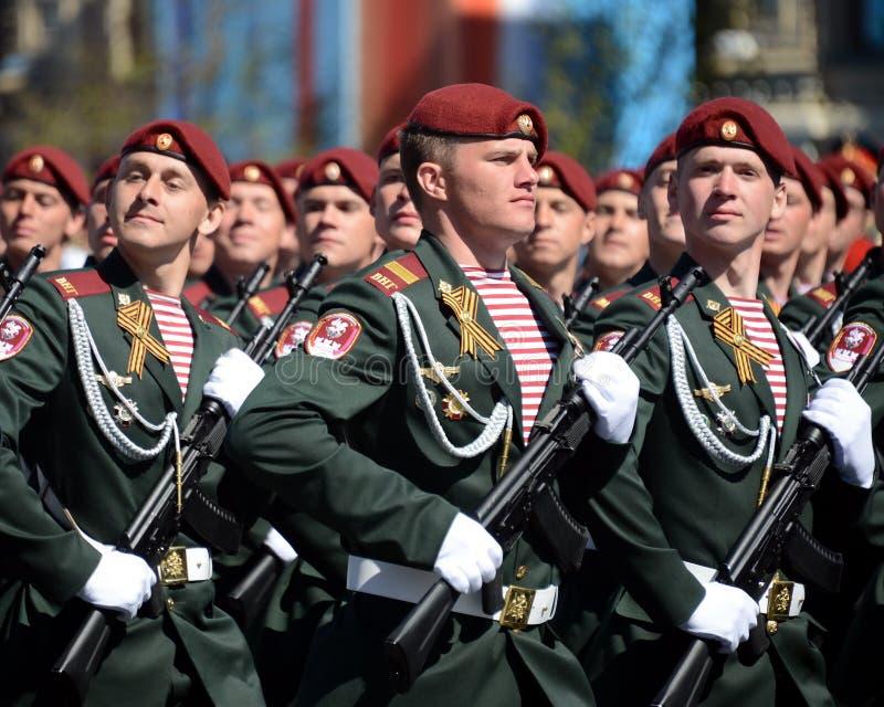 他的分裂的战士 国民自卫队的Dzerzhinsky队伍在一般游行排练的在以纪念V的红场 库存照片