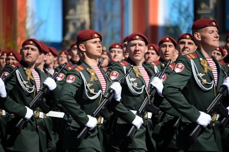 他的分裂的战士 国民自卫队的Dzerzhinsky队伍在一般游行排练的在以纪念V的红场 免版税库存照片