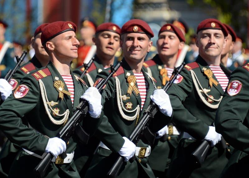 他的分裂的战士 国民自卫队的Dzerzhinsky队伍在一般游行排练的在以纪念V的红场 图库摄影