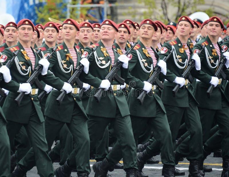 他的分裂的战士 国民自卫队队伍Dzerzhinsky在一次游行期间的在红场以纪念胜利天 库存照片