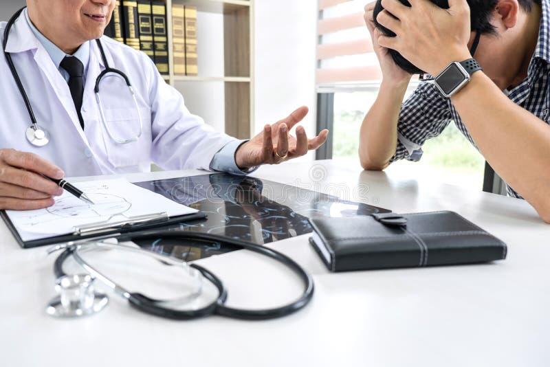 的医生教授安慰有支持和推荐与患者,当谈论解释他的症状或忠告时 免版税库存照片