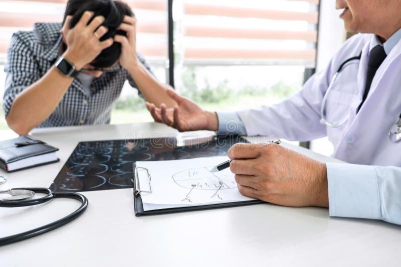的医生教授安慰有支持和推荐与患者,当谈论解释他的症状或忠告时 图库摄影
