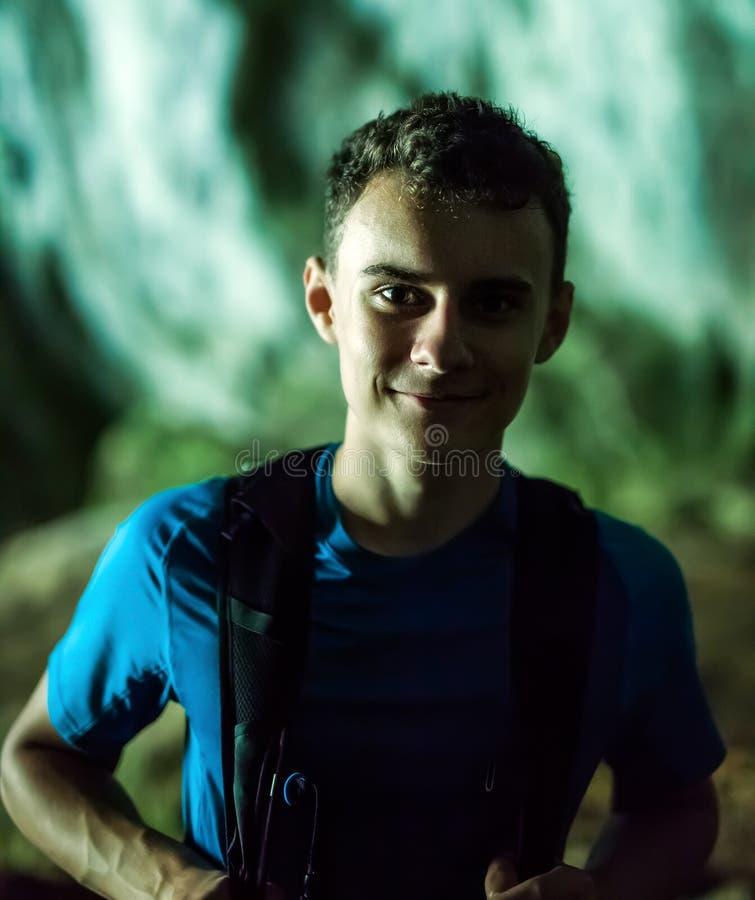 洞的十几岁的男孩远足者,特写镜头 免版税库存图片