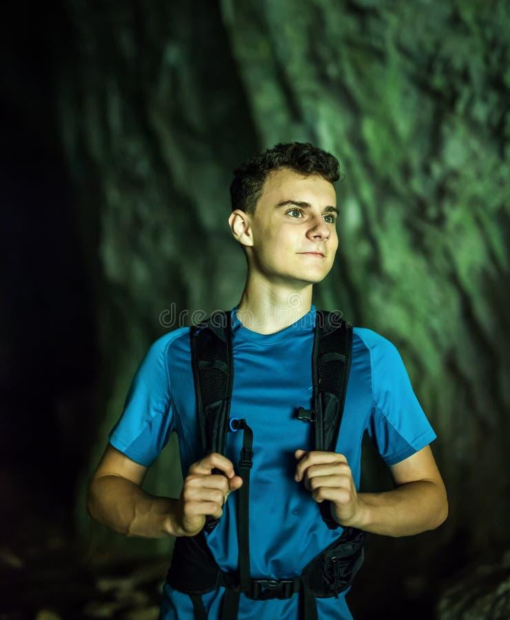 洞的十几岁的男孩远足者,特写镜头 免版税库存照片