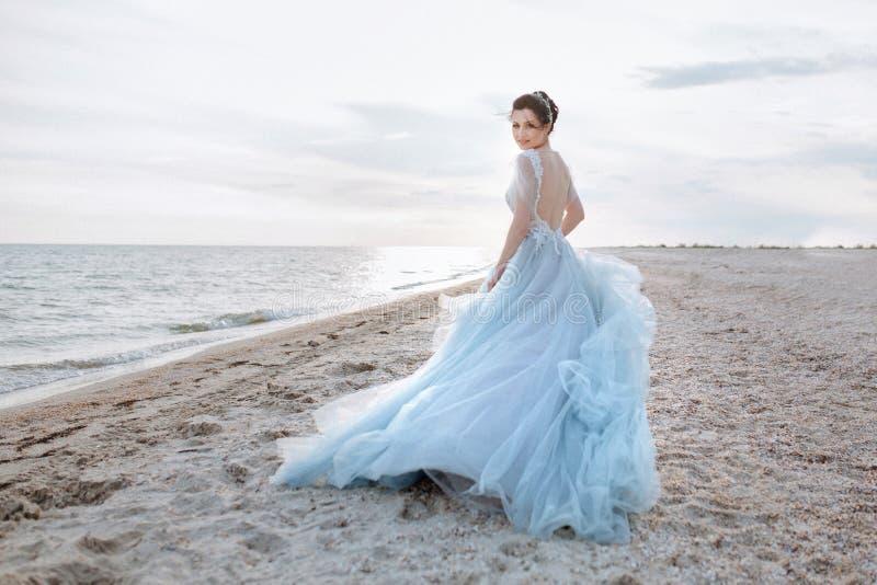 的可爱的新娘蓝色dres 免版税库存图片