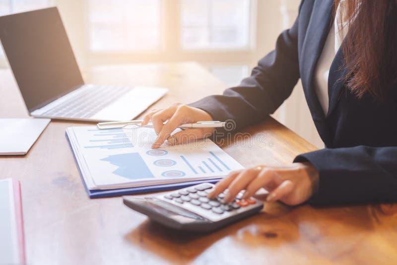 的商业主管的手谈论财政报告 免版税库存图片