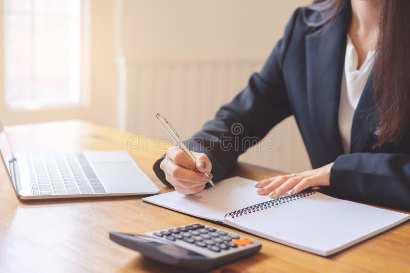 的商业主管的手谈论财政报告 免版税图库摄影