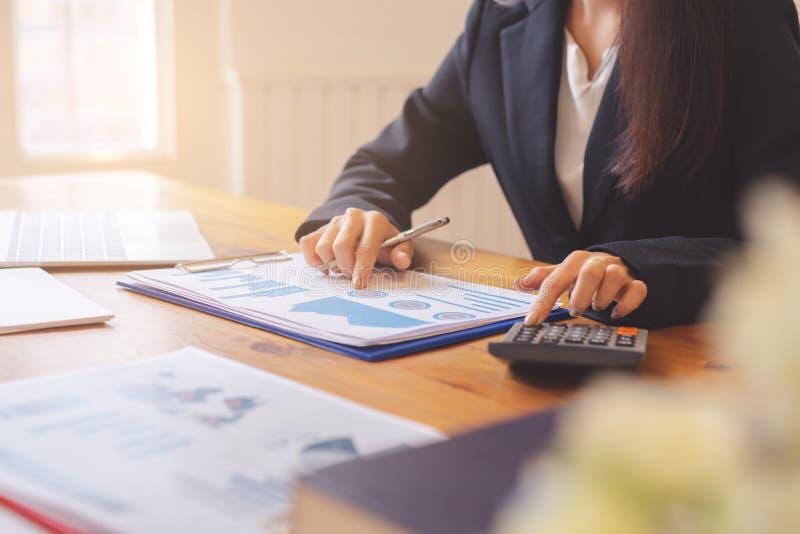的商业主管的手谈论财政报告 库存照片