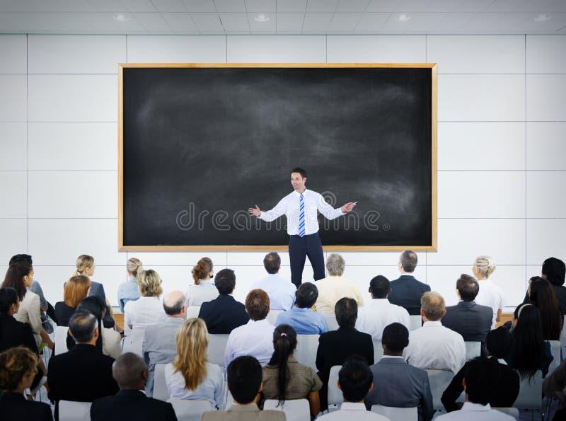 给介绍的商人在证券交易经纪人行情室 库存照片
