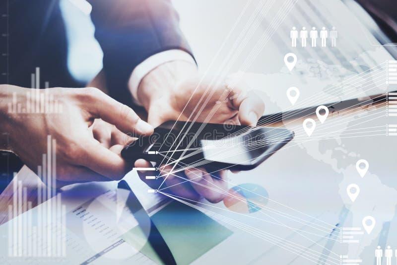 的商人拿着在手上的特写镜头观点现代智能手机 数字式图,图表的概念连接,真正 免版税图库摄影