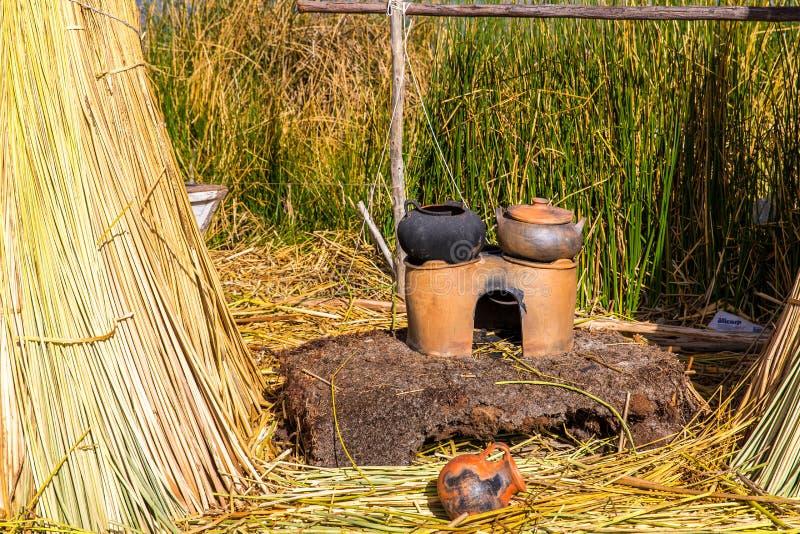 的喀喀湖的普诺,秘鲁,南美浮动海岛,盖在家 那密集的根植物Khili 免版税库存图片