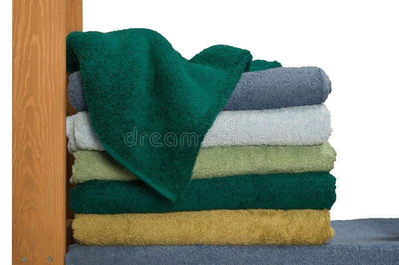 整洁的堆在机架的特里毛巾 免版税库存照片