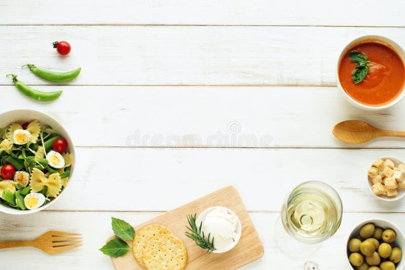 轻的夏天晚餐/晚饭概念 复制空间 库存照片