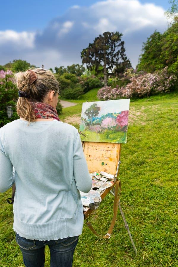 的女性艺术家看对她的图片的后面观点 库存图片