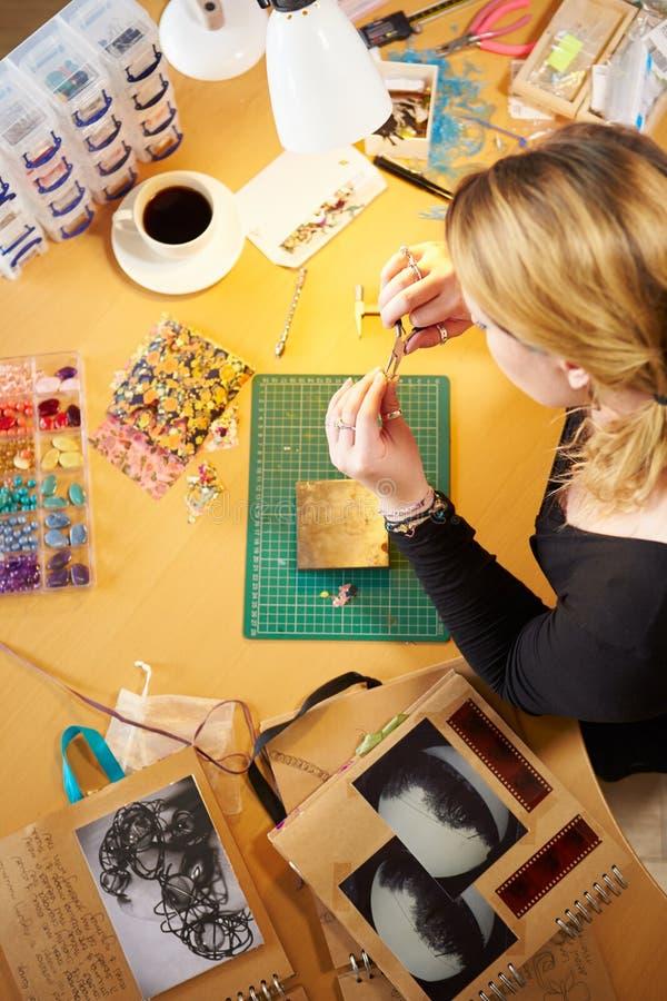 的妇女在家做首饰的顶上的观点 免版税库存图片