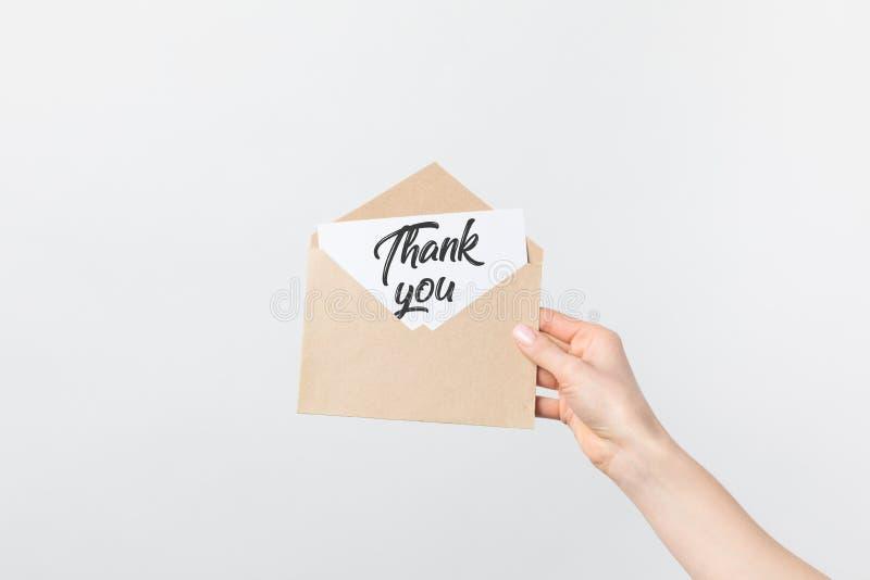 的妇女拿着与在白色感谢的部份观点卡拉服特信封您拟订 免版税库存照片